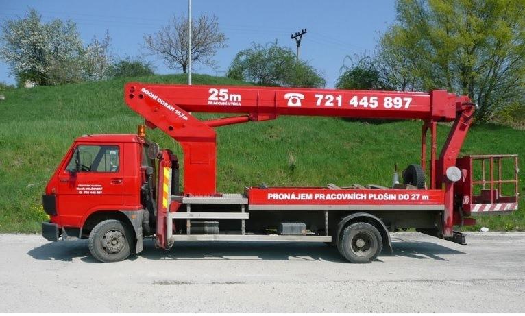 Pracovní montážní plošina na podvozku nákladního auta - pronájem, půjčovna