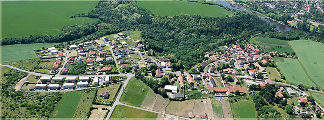 Obec Zlončice na Mělnicku, vesnice v přírodním biokoridoru a chráněné zóně Zlončická rokle