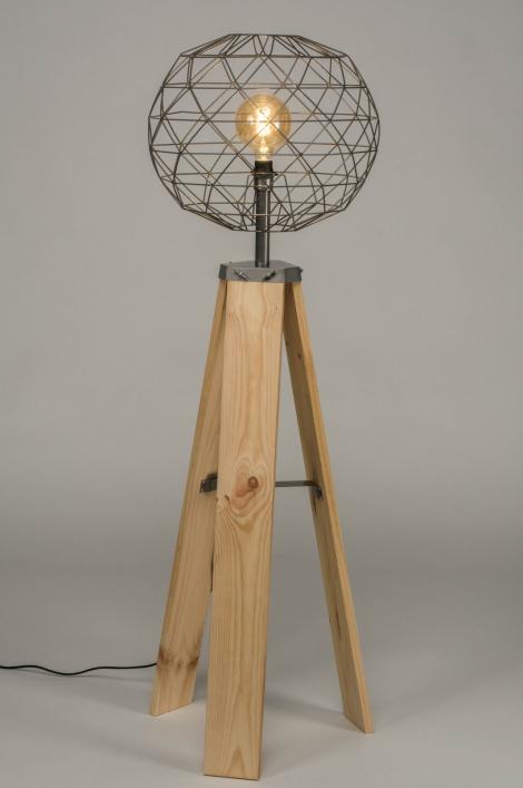 Stojací industriální lampa