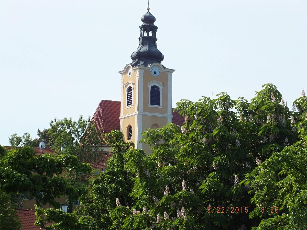 Obec Smolnice na Lounsku, s památnou lípou a barokním kostelem s románskou věží