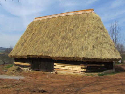 Tradiční došková střecha vydrží až 40 let a má jedinečné vlastnosti – stavba
