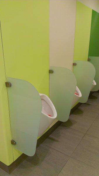 skleněné dělící stěny na WC