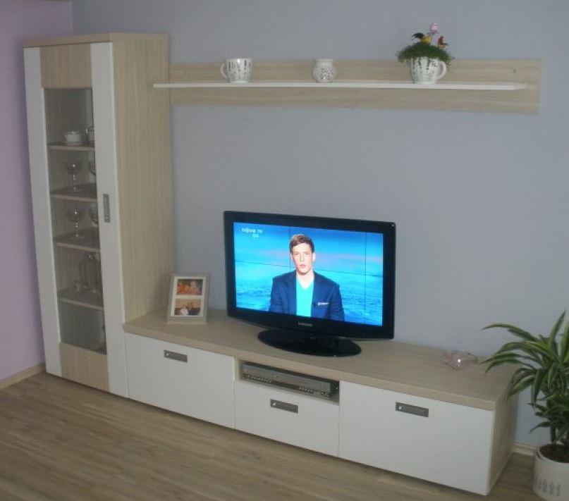 Obývací stěna v kombinaci s bílou