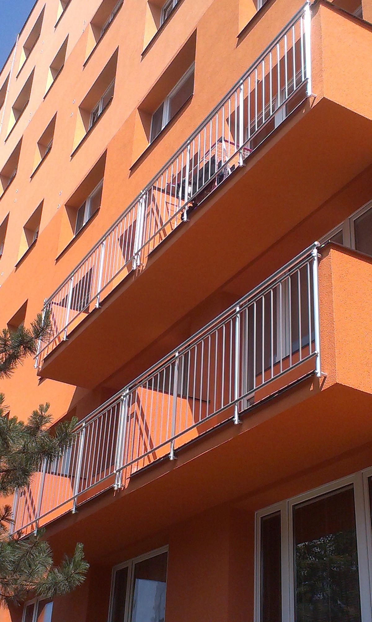 Kvalitní kovové nerezové zábradlí pro balkony, schodiště, lodžie a terasy