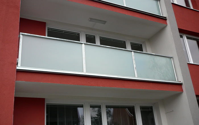 Ocelové nebo hliníkové balkonové zábradlí včetně montáže