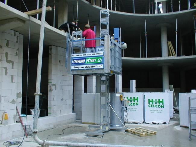 Půjčovna stavebních výtahů a shozů GEDA Praha – včetně dopravy a montáže