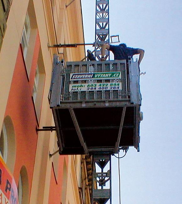 Svislé i šikmé stavební výtahy k zapůjčení včetně dopravy