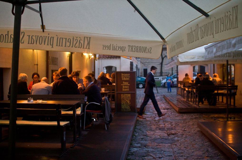 Posezení ve stylové restauraci poblíž Pražského hradu, prohlídka minipivovaru, ochutnávky piva