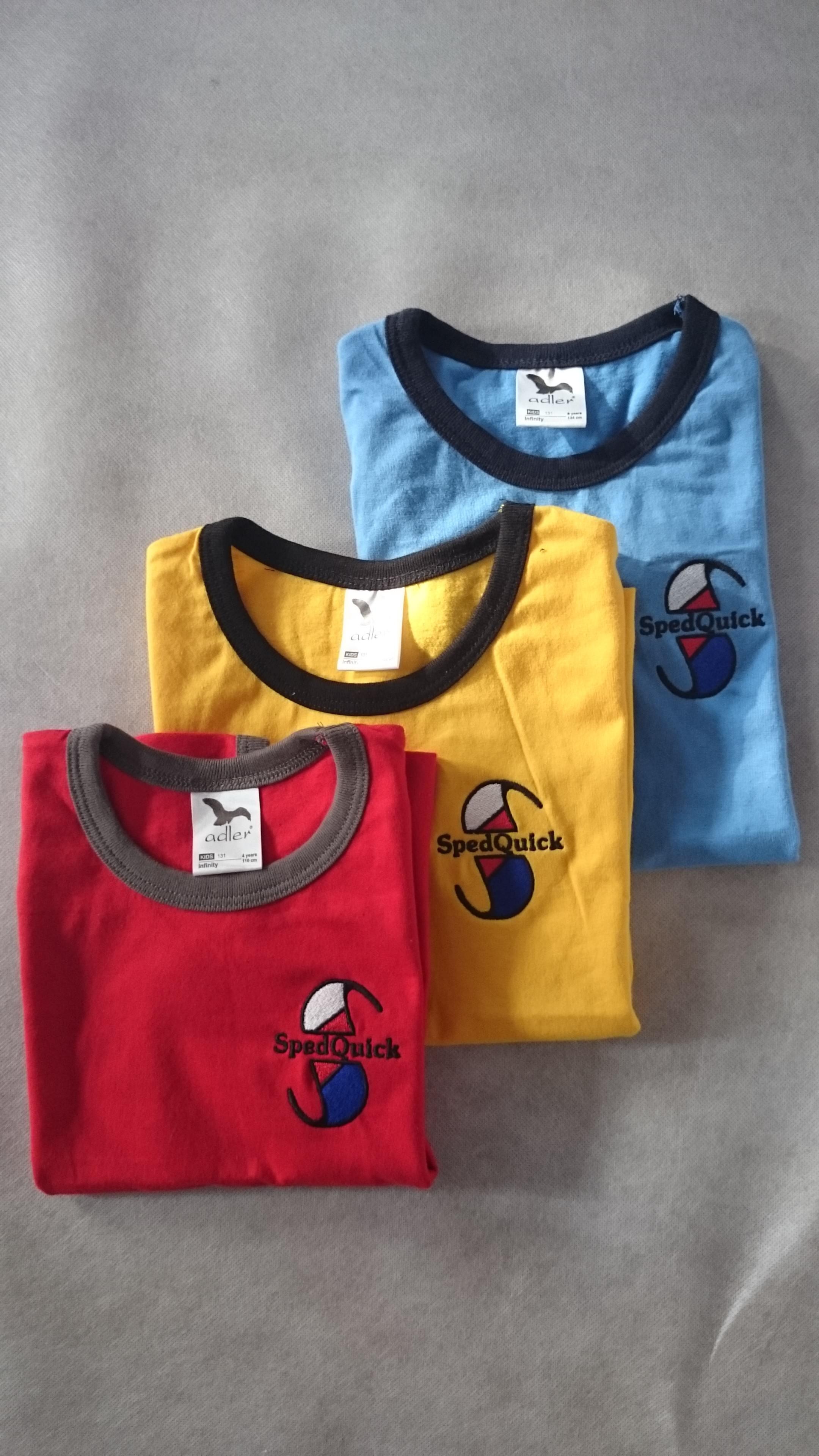 Zakázkové strojové vyšívání na trička a mikiny