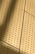 perforovaná deska HPL jako obklady stěn i obložení budov