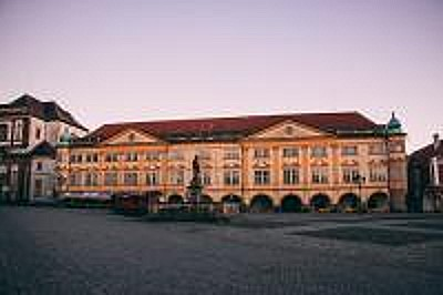 Město Jičín v Královohradeckém kraji, Valdštejnský zámek se zámeckým parkem