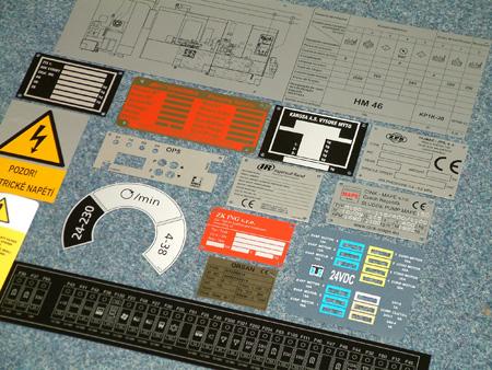 Polykarbonátové hliníkové štítky, plastové samolepky, panely Zlín