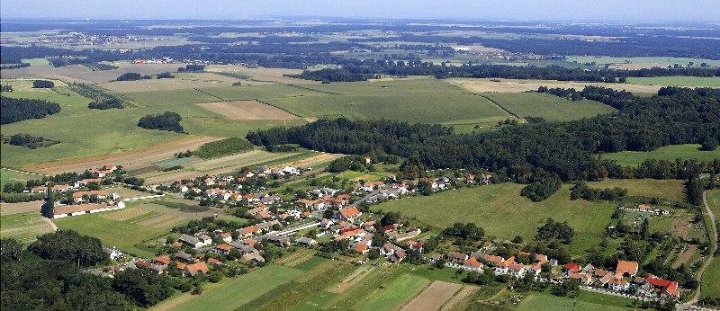 Obec Bernardov, vesnice se zemědělskou tradicí i bohatou historií, ležící na úpatí Železných hor