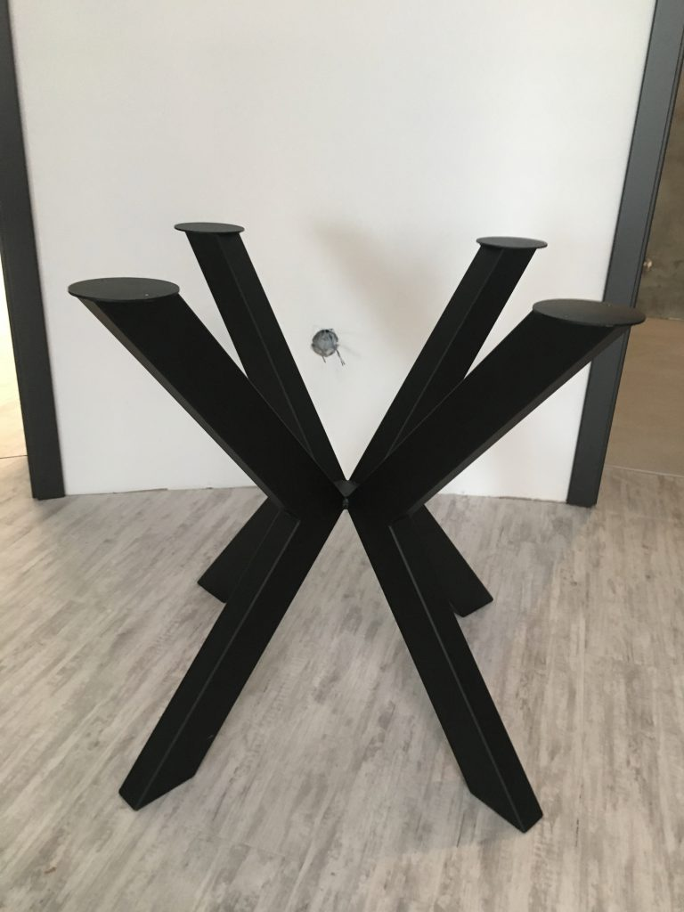 Výroba kovových stolů a židlí
