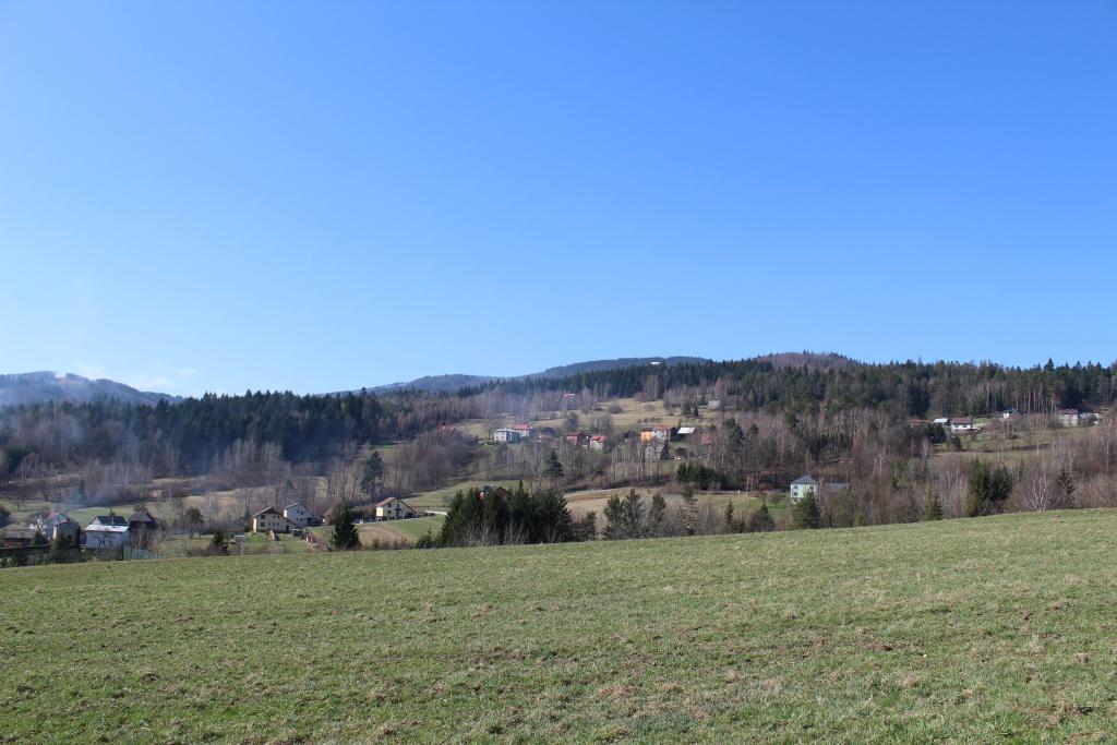 Obec Milíkov s kaplí sv. Anny a rozhlednou na úpatí hory Kozubová Beskydech