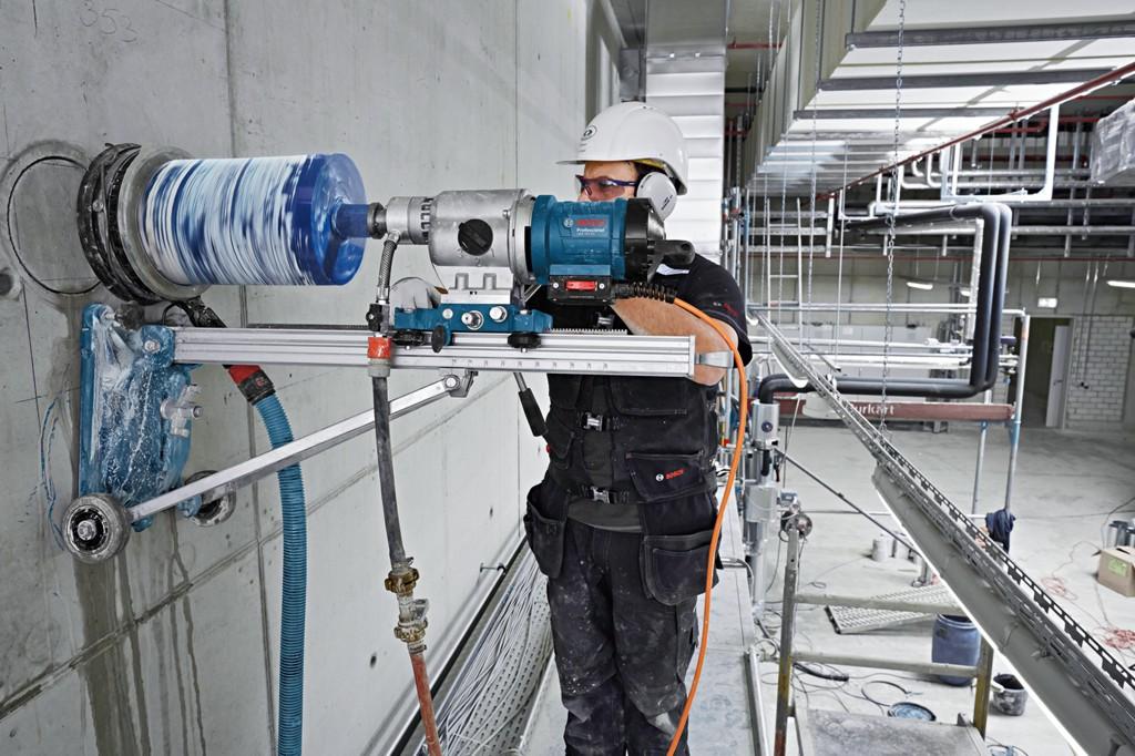 Vyřezání otvoru do panelu, řezání a vrtání betonu od profesionálů – precizně i s úklidem
