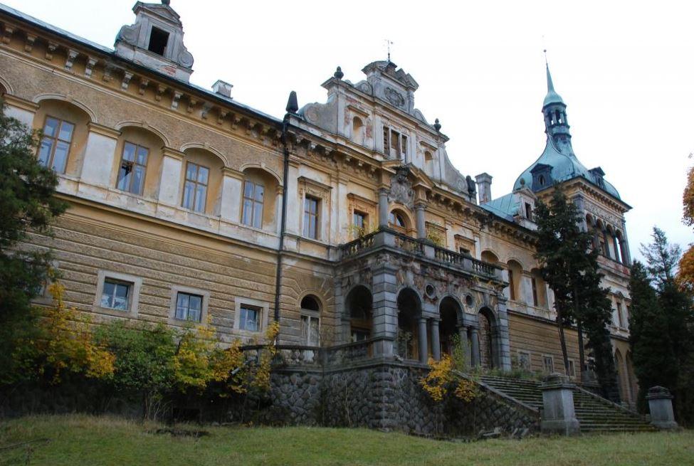 Obec Stružná s historií výroby porcelánu a kamenosochařskými památkami i zámkem