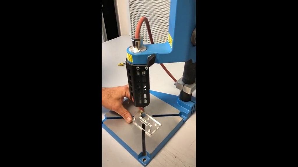 Zařízení na tepelnou montáž zálisků (závitových vložek) do termoplastu