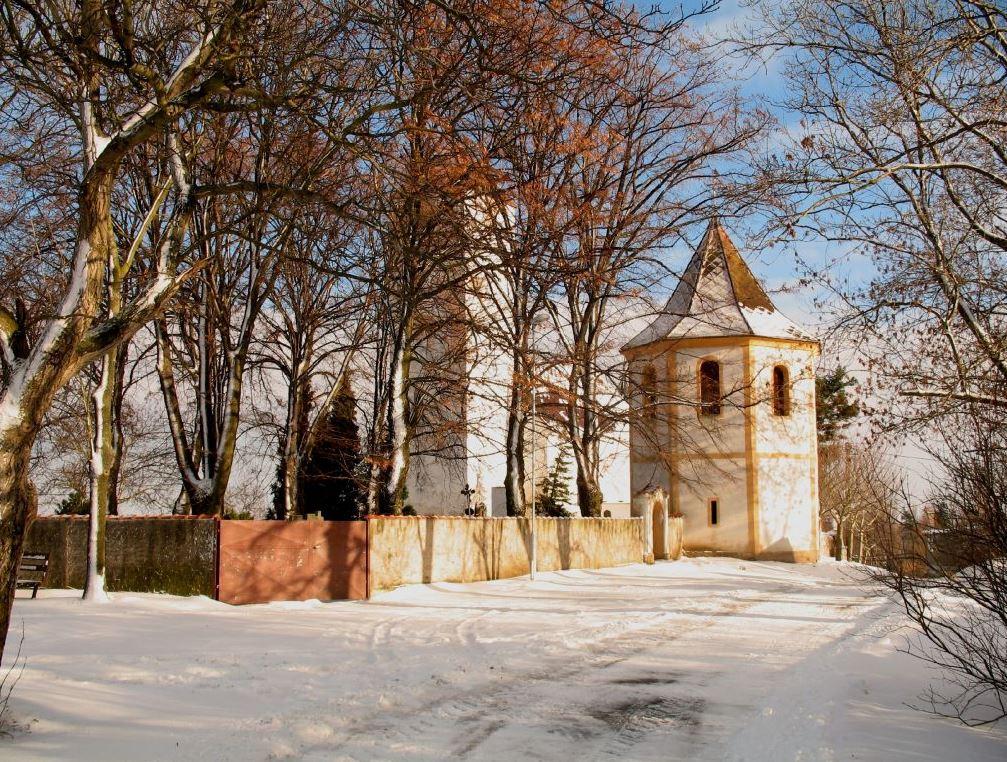 Obec Kbel na Kolínsku, půvabná přírodní lokalita s kostelem Nanebevzetí panny Marie