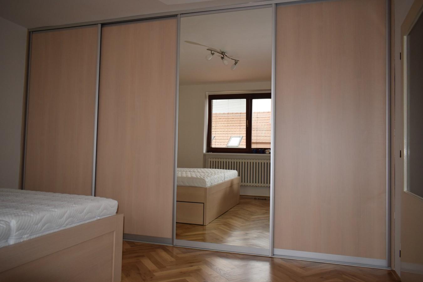 Vestavěné skříně vyrobené na míru, atypické vestavěné skříně