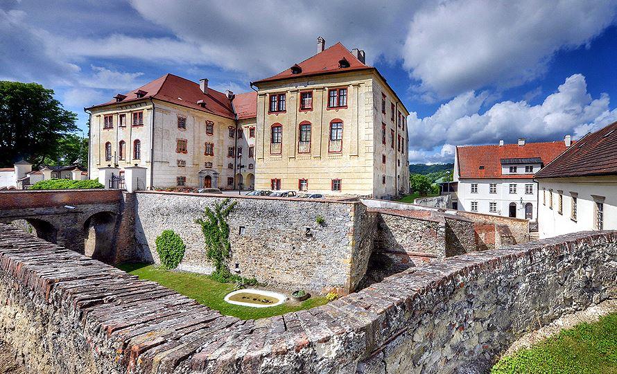 Zámek Kunštát, národní kulturní památka ze 13. století s možností svatebních obřadů