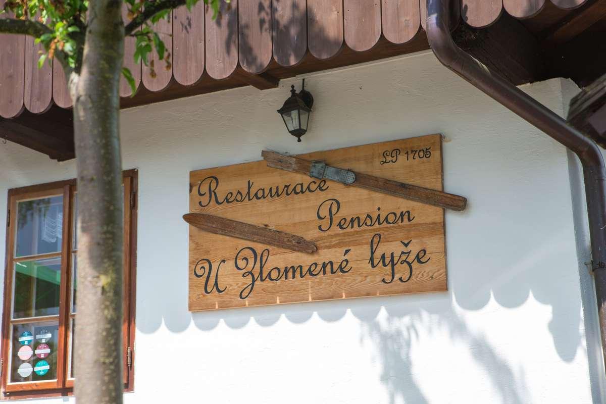 Penzion a restaurace u Zlomené lyže v Železné Rudě u největšího lyžařského střediska na Šumavě