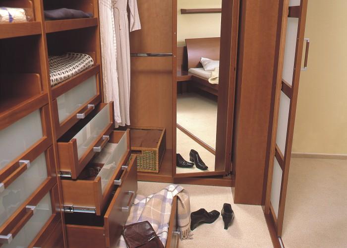 Šatny na zakázku jako elegantní součást ložnice