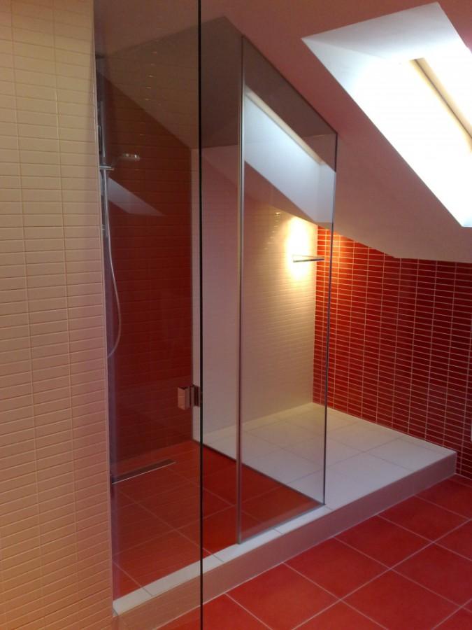 Sprchové kouty ze skla na míru nejen pro atypické koupelny