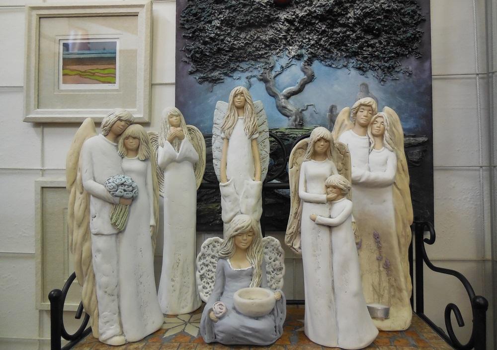 Radost i štěstí přinese keramický andílek na svíčku nebo kovový anděl svícen