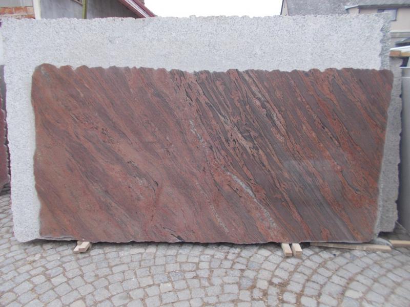 Velké skladové zásoby kamenných desek