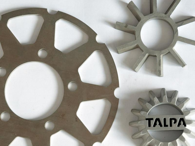 Řezání vodním paprskem je vhodná metoda pro obrábění materiálů jako je ocel, guma, dlažba