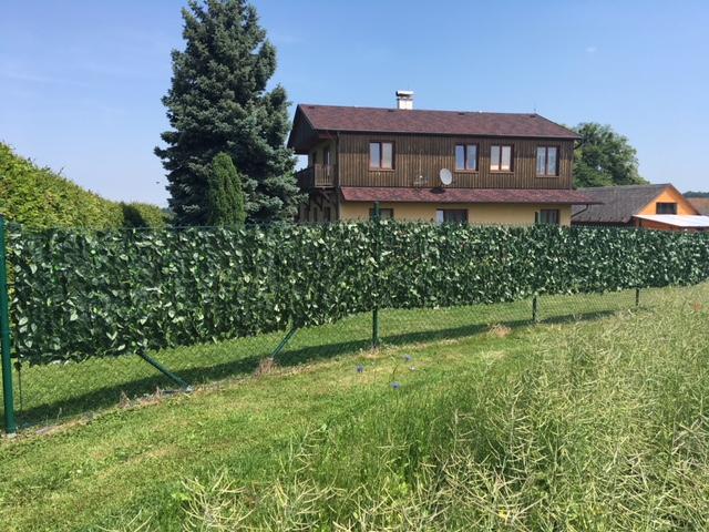 Umělý živý plot zajistí ochranu soukromí – zelené zastínění oplocení po celý rok – prodej, eshop