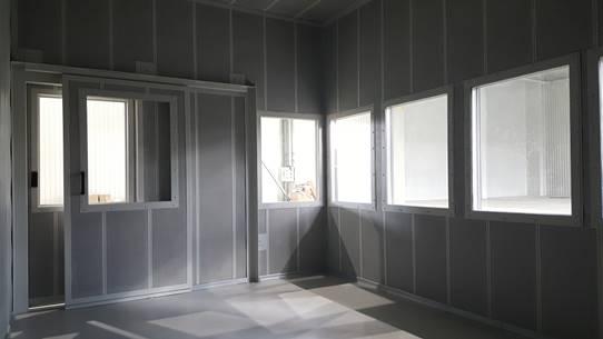 Vnitřní prostor velínu - dvojité protihlukové dveře a okna
