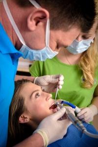Bílá výplň na zubní kaz