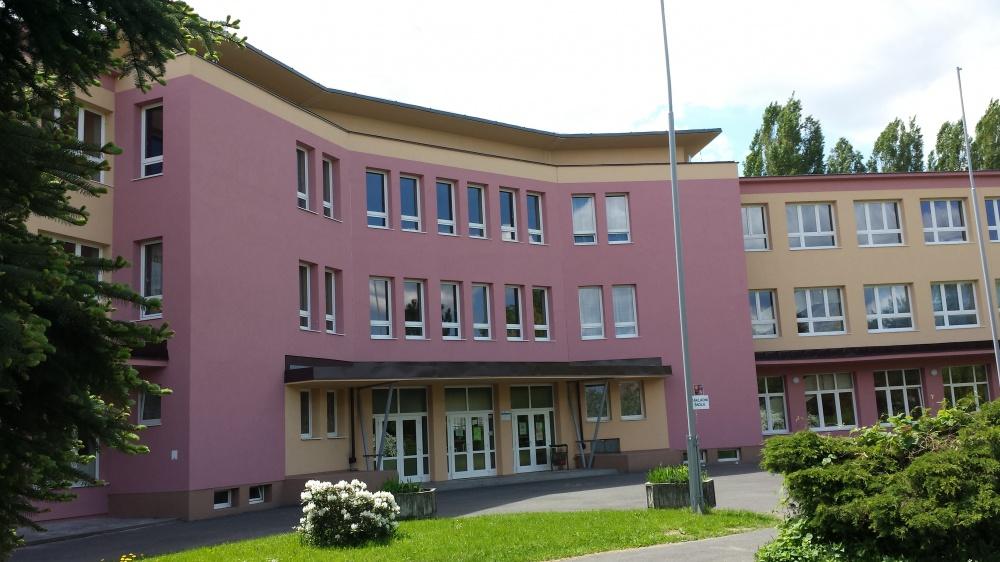 Základní škola v Jirkově se školním poradenským pracovištěm a nabídkou zájmových aktivit