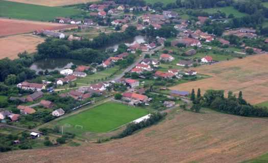 Vesnice s blízkým zámkem Hrádek u Nechanic