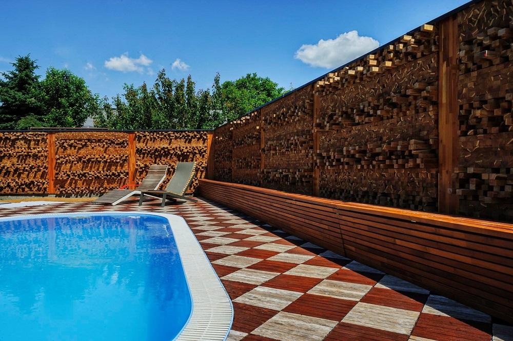 dřevěná mozaika - atypické řešení plotu