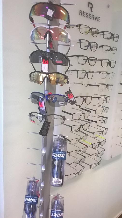 Výběr z více než 100 modelů sportovních slunečních brýlí