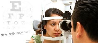 Měření dioptrií, zraku při koupi nových brýlí - vyšetření očí oční lékařkou