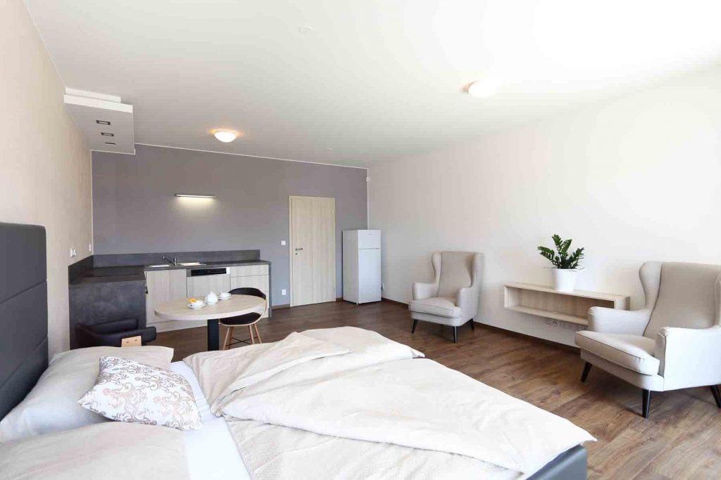Nadstandardně vybavený hotel s parkováním - luxusní pokoje, byty s kuchyňkou, ubytování se snídaní