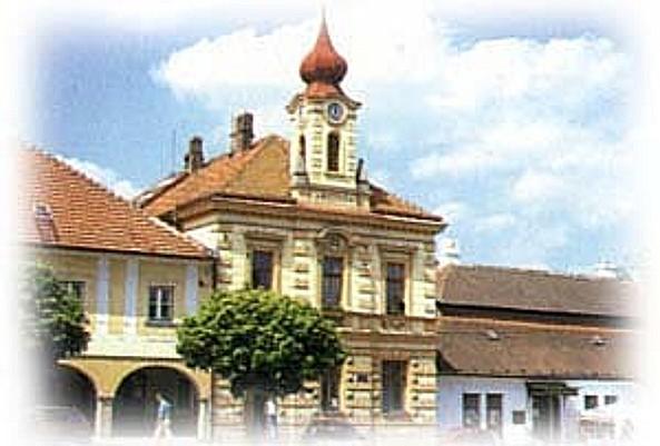 Golčův Jeníkov na Vysočině, historické zajímavosti, zvonice, kostel, kaple