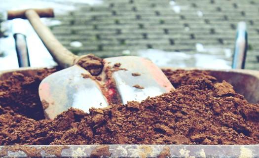 Zemní a výkopové práce, terénní úpravy na Plzeňsku, stavební základy i domovní přípojky