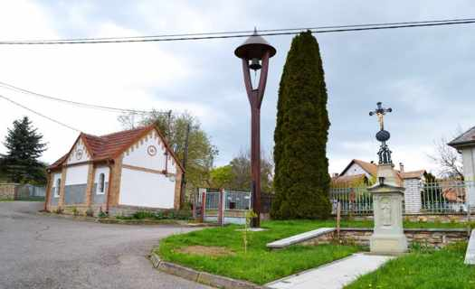 Obec Zádolí, malá vesnice s obecním domem, knihovnou a chráněným památným stromem