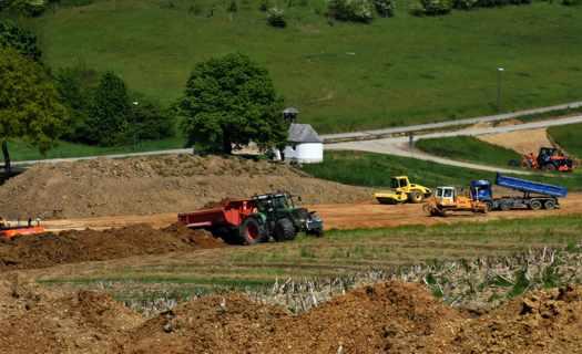 Zemní a výkopové práce na Benešovsku, základy pro bazény, jezírka, terénní úpravy i odvoz suti