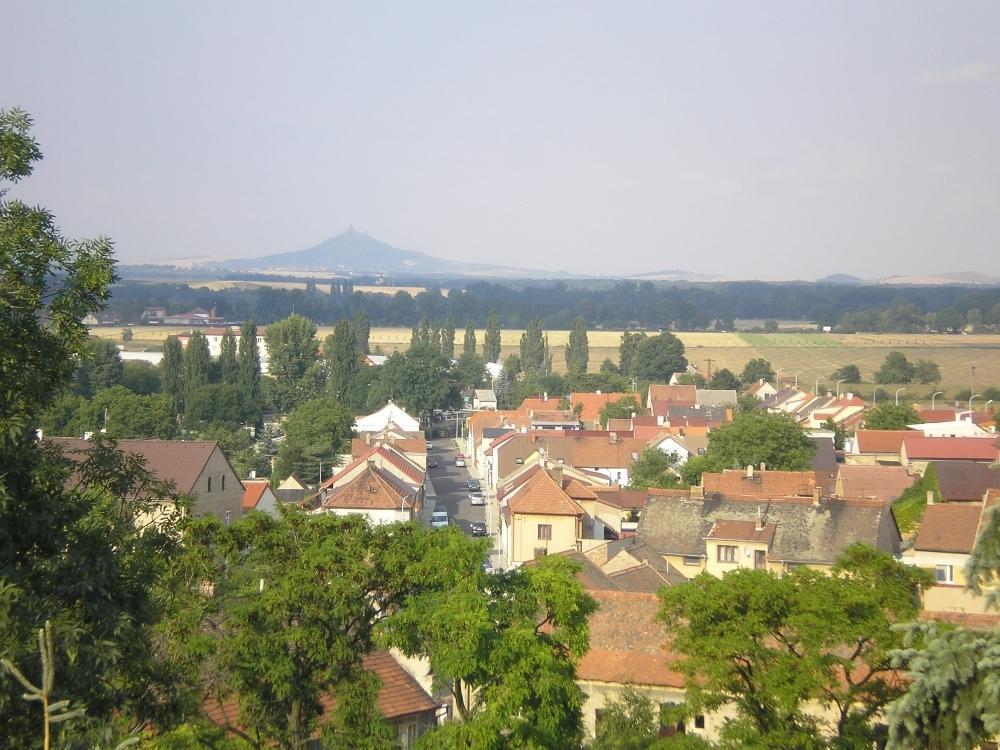 Obec Černčice na Lounsku s památným stromem i kostelem, součást mikroregionu Perucko