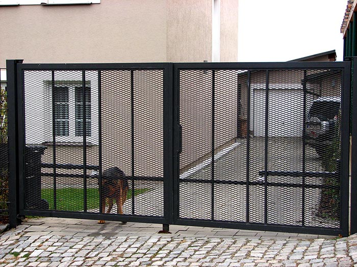 Zakázková kovovýroba - pojezdové brány, zábradlí, ploty