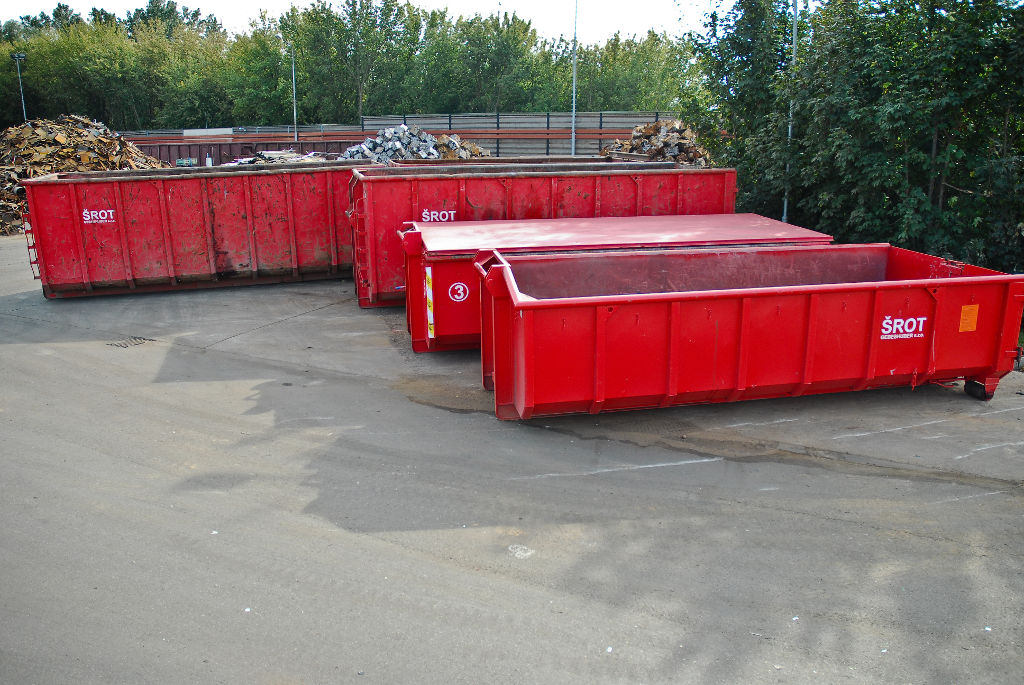 Svoz železného odpadu kontejnery.