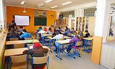 Školní nábytek, výroba školních lavic, židlí, tabulí, vybavení odborných učeben fyziky