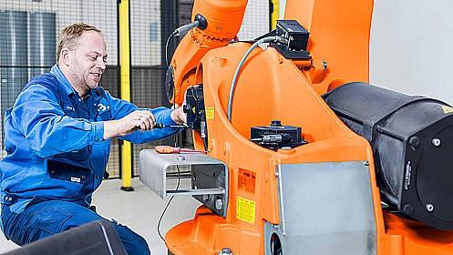 Opravy a údržba průmyslových robotů, úpravy a přeprogramování, Praha