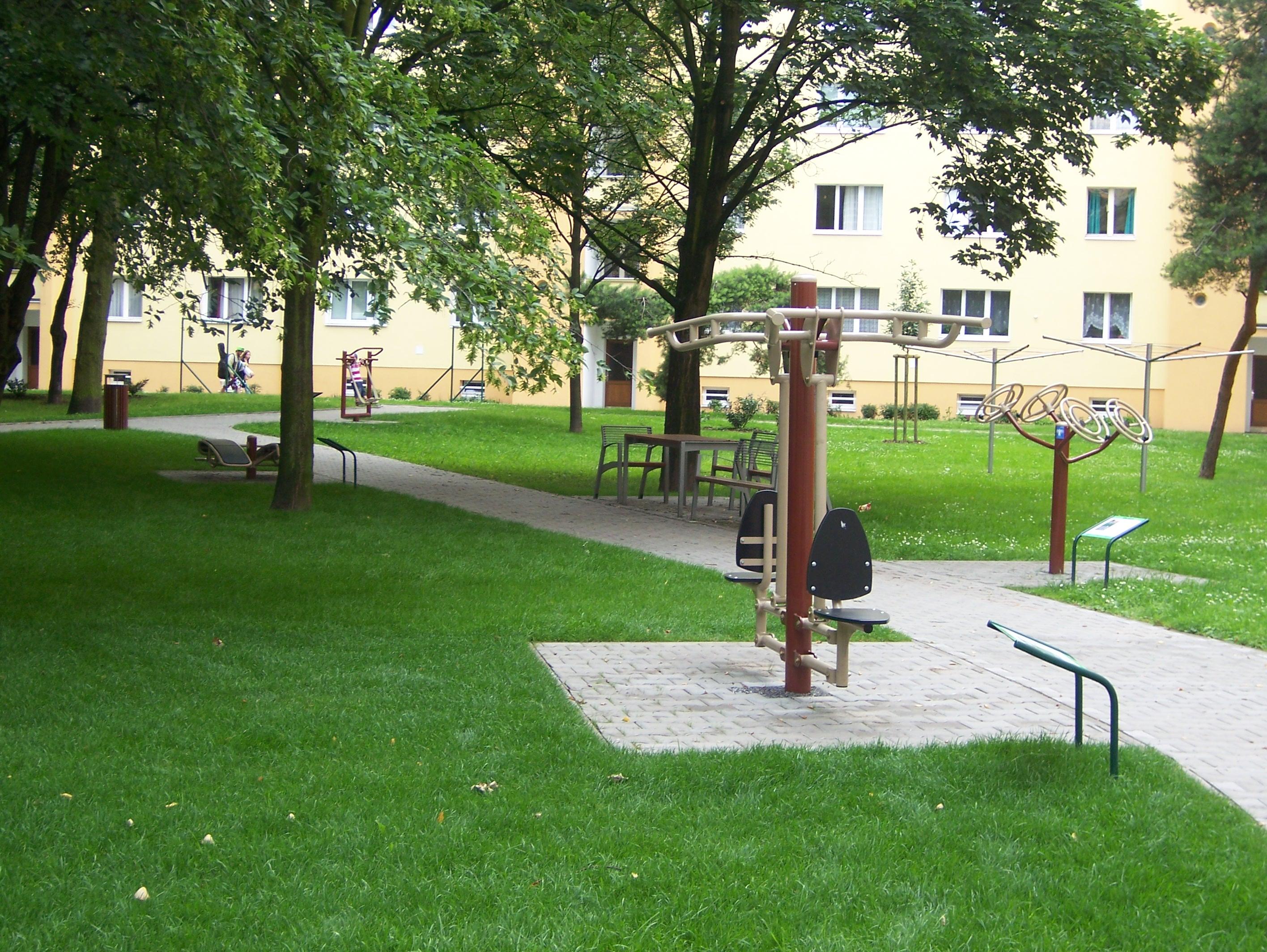 Stavby projekce městské mobiliáře, pěší zóny, parky, areály.